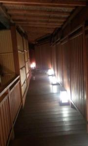 この渡り廊下の先には別世界の雪の露天風呂が・・