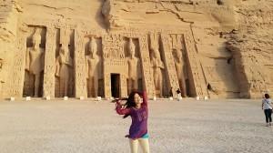 ラムセス2世のアブシンベル神殿。中に入りアンクをもった神官と出会う