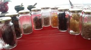 モロッコから届いた数々のお香=樹脂。特にウエェットなサンダルウッドや、品質の高いフランキンセンスは大変貴重です。